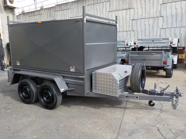 Enclosed 8 x 5 with 3 doors 8